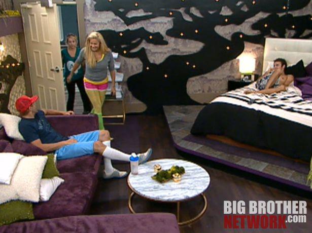 Big Brother 14 – Janelle and Britney crash HoH