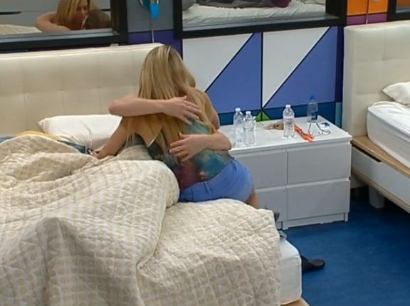 Judd and Aaryn kiss 03