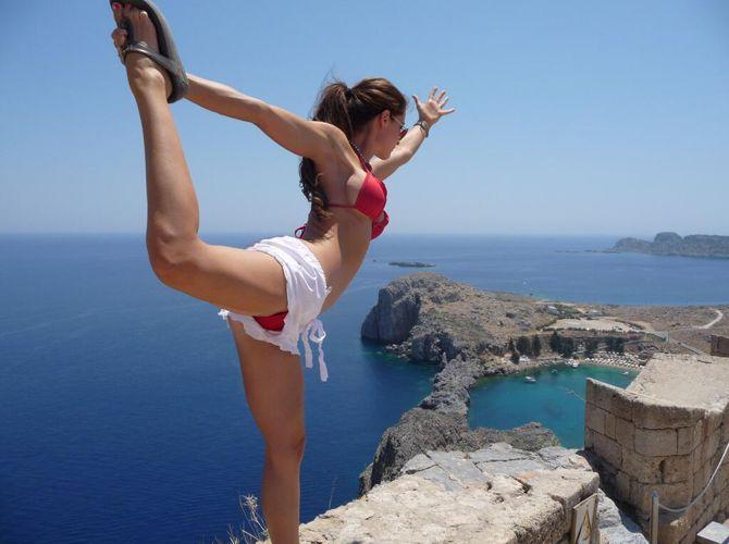Elissa Slater – Yoga pose 01