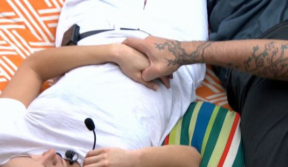Austin holds Liz's hand on Big Brother 17
